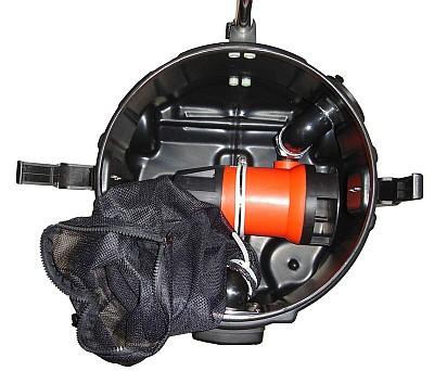Pompe à eau sale de 800 watts dans le réservoir avec sac en filet comme filtre grossier